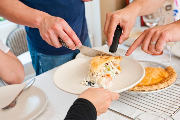 【作り方】 1.たまねぎはみじん切り、にんにくは包丁の背でつぶし、にんじんは角切り、じゃがいもも皮をむいて角切り、セロリは0.5cm角に、サヤマメは1cm角にカット 2.オーブンを220℃に予熱 3.フライパンを火にかけオリーブオイルをひいたら、たまねぎ、マッシュルーム、にんにくを炒める 4.にんじん、じゃがいも、セロリを入れて塩こしょうで味つけ 5.カリフラワー、サヤマメ、野菜ブイヨンを入れ沸騰するまで煮る 6.火を止め5分置く 7.コーンスターチ、醤油、水1/4カップをボウルでまぜ合わせたら6へ加える 8.パイ生地を27.5×17.5cmのベイキングディッシュにのばし入れ、7をまんべんなくのせたら余った生地をかぶせる 9.オーブンで30分焼いて完成  ※画像はイメージです。