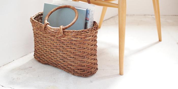 雑誌を読むところのすぐ近くに置いたり、移動することができるというのは、カゴバッグのいいところですね。持ち手がついているのを活かして、移動させながら、雑誌をきちんと収納してあげましょう。