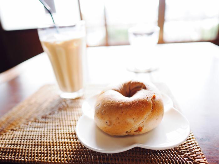 【坂を巡り歩いて、カフェで一息。尾道観光は、これが一番。画像は「空猫カフェ」。】