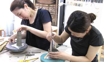 白金にある陶芸教室。さまざまなコースがあるので、陶芸を基礎から習いたいという方から、何か作りたいものがある方まで、ニーズに合わせて通えます。1日体験コースは90分3800円から。※別途、作品焼成費がかかります。
