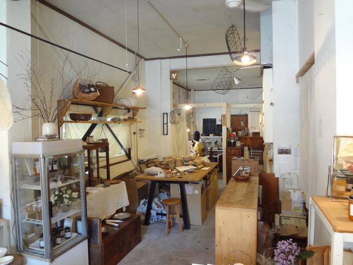 素朴で味わい深い作家ものの器や、暮らしの道具を扱う「木と根」は、全国の雑貨ファンに知られる京都の有名店。