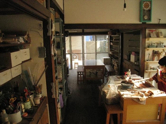 代官山ヒルサイドテラスで38年間続いた『陶房TERRA代官山』が2012年2月で閉店し、その一部を引き継いで作られたのが、下北沢と三軒茶屋の真ん中に位置する『テラ小屋』という陶芸教室。  築56年の平屋をリノベーションした陶房の食器棚には先生作の食器が。自作の器が並ぶ食卓を想像すれば作業にますます熱が入るかも。