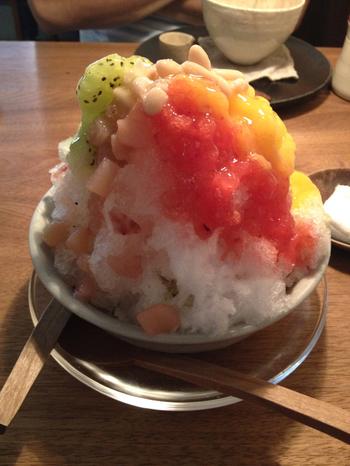 「木と根」で特に人気なのが、夏季(6月~9月)限定の『かき氷』。ふんわりとした氷の食感と、果物の風味が口いっぱいに広がる、自家製果実シロップが絶妙!と大人気です。  【画像は、果物の生スクイーズや自家製シロップ、白いんげん豆等など、多彩な味わいが楽しめる『かき氷』。】