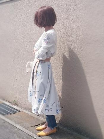 爽やかな白ベースの「花柄ワンピース」もデニムをあわせたカジュアルコーディネートなら照れずに楽しめますよ♪乙女チックになりすぎないのは、この颯爽としたボブヘアのおかげかも。