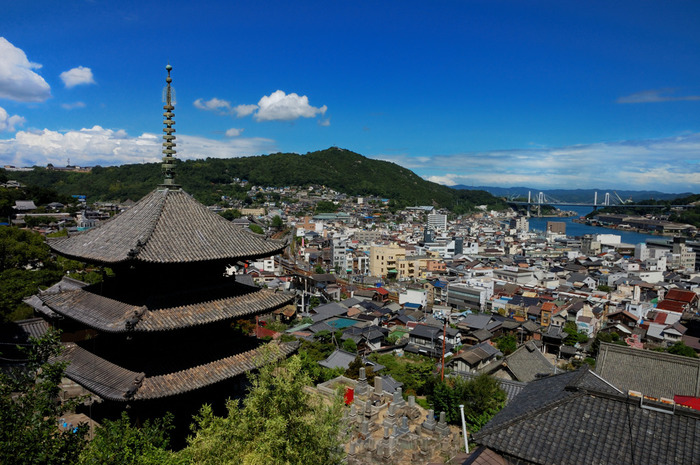 天寧寺(てんねいじ)は、1367年に開山した曹洞宗のお寺。尾道の風景に欠かせない三重塔は、室町幕府二代将軍・足利義詮(あしかが よしあきら)によって建立。国の重要文化財です。