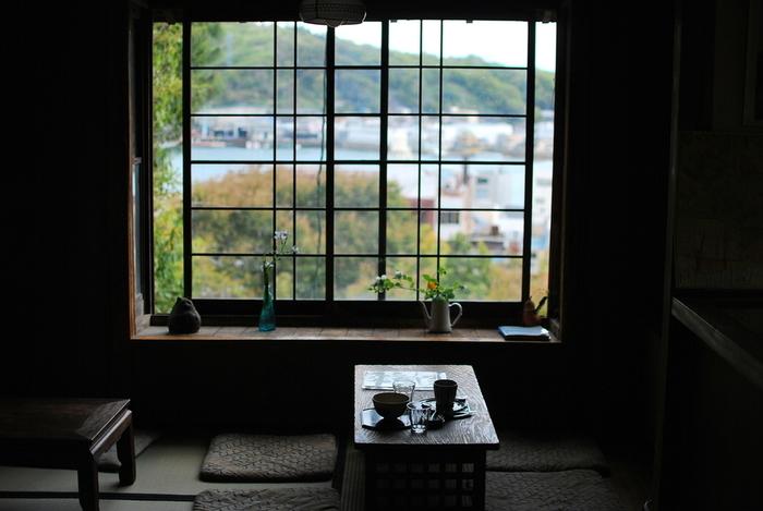 緑に囲まれた古民家の喫茶店「帆雨亭」。窓際からの眺めが抜群。
