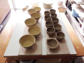 1日体験コースは、2時間3,000円(※)。土を練り、電動ろくろでかたちを作る成形のみを手がけ、釉薬の色(1色)を決めてから、約1ヵ月待って庭にある窯で焼かれた作品を受け取ります。3回体験コースは、2時間×6時間9000円(※)。こちらは成形、削り、釉がけ、陶芸の基本的な工程を3回に分けて体験します。釉薬の色を複数選んだり、絵付けをすることも可能で、人気のある粉引きも体験可能です。※別途、作品焼成費がかかります。その他、「金継ぎ体験コース」もあります。