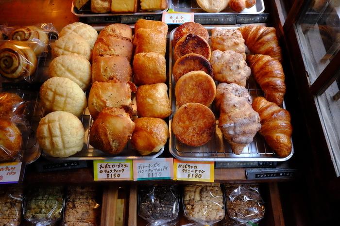 「ネコノテパン工場」は、県外からわざわざ訪れる人が後を絶たない程の人気店。猫の額ほどの広さしかない愛らしいお店ですが、パンの種類は多く、どれも美味と評判です。