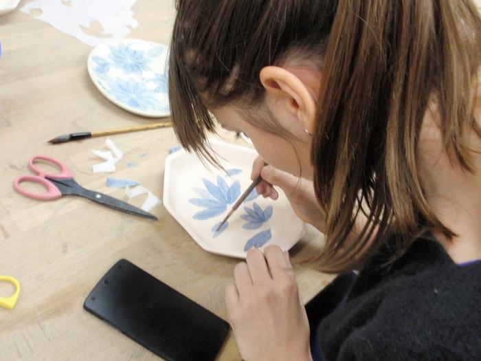 千秋工房では、九谷焼の絵付けや和紙染めを習うこともできます。色鮮やかで上品な器は、食卓を華やかに彩ってくれます。少人数制でアットホームなことで知られる工房なので、基礎からしっかり身に付きそう♪