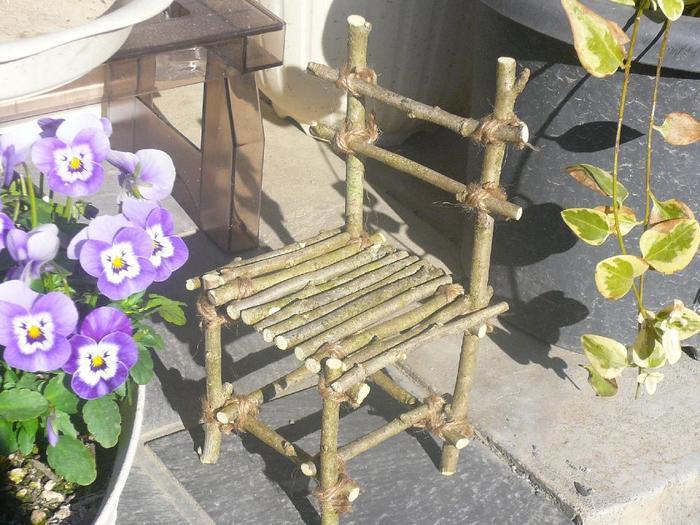 選定した枝で作ったちいさな椅子。植木鉢を飾るのに使ったら素敵でしょうね!
