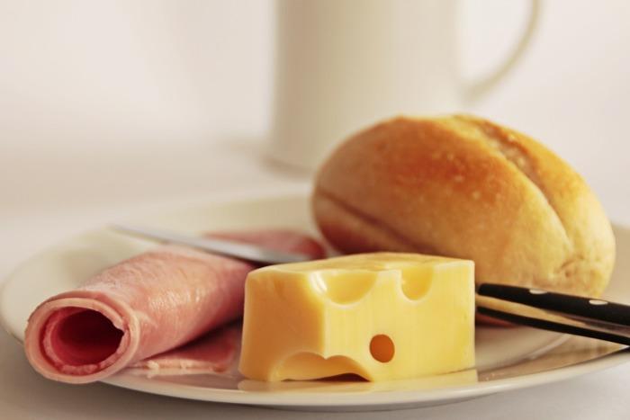 【材料】(4個分) 小麦粉1+3/4カップ(245g)、ベイキングパウダー小さじ2、塩小さじ1/2、無塩バター1本(115g=1/2カップ)、マスタード大さじ1+1/2、氷水大さじ5〜7、ハム225g、ブリチーズ140g、ねぎ大さじ2、塩小さじ1、黒こしょう小さじ1、卵1個、水大さじ1  【作り方】 1.ハムは一口大に、ねぎはみじん切りにする 2.小麦粉、ベイキングパウダー、塩をボウルでまぜ合わせる(空気をしっかり含ませるように) 3.バターを1cm角に切りながら入れ、指でこねる 4.マスタード、冷水をまぜ合わせたら少しずつ3へ入れる(生地が固すぎたら水を大さじ1ずつ加えて調整する) 5.ラップを広げその上に1cmの厚さの円状にのばしのせる 6.ラップで包んだら冷蔵庫で1時間寝かす 7.オーブンを205℃に予熱 8.ベイキングシートを2枚用意してそれぞれにパーチメントペーパーをひく 9.まな板に小麦粉をまぶしたら、その上で6の生地を40×40cmの正方形にのばす 10.20×20cmに4分割する 11.ハムとチーズをそれぞれの右端(ふちから1cmずつ空ける)にのせたら、ねぎ、塩こしょうをふる 12.卵と水を溶き合わせる 13.12を生地のふちにぬり、半分に折りたたんだらフォークで押してくっつける 14.4個ともできたらベイキングシートに2個ずつのせ、残りの12をぬる 15.オーブンで15分焼いたら一度取り出し、くるっと180℃回転させて反対側も10〜15分焼く 16.残りのねぎをちらし、お好みでマスタードを添えて完成
