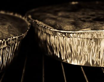 その間に・・・ 1.オーブンを200℃に予熱 2.ベイキングトレイにかぼちゃをしきつめ、オリーブオイル大さじ2をふりかける 3.クミン、ラス・エヌ・ハヌート、チリフレークをふりかけたら、ときどきまぜながらオーブンで20分焼く 4.もう一枚ベイキングトレイを用意し、オリーブオイルをひいたらたまねぎ、にんにくをまんべんなくのせる 5.3を焼いているオーブンに入れ、3と一緒に20分焼く 6.両方トレイを出し、にんにくの皮をむき包丁の背でつぶしたらたまねぎとまぜる 7.ほうれん草を水切りボウルに入れ熱湯を全体にかけ、すぐ冷水で冷やす 8.しっかり水気を切ったら一口大に切り、ボウルに入れてリコッタチーズとまぜ合わせる 9.まな板に小麦粉をまぶし、★パイ生地の2/3をちぎって直径23cmの円状にのばす 10.7半量、3半量、松の美半量、ゴートチーズ半量の順にまんべんなくのせる 11.10をもう一度くり返す 12.6をまんべんなくのせる 13.パイ生地の残り1/3を円状にのばし12の上にかぶせたら、ふちをしっかりくっつける 14.フォークで表面に穴を開け、余ったパイ生地などで葉っぱの形を作りのせる 15.溶き卵を表面にぬったらパルメザンチーズをふりかけ冷蔵庫で20分冷やす(ラップとアルミをかぶせて冷凍すれば1ヶ月保つ) 16.200℃に予熱したままのオーブンで30〜35分焼いて完成