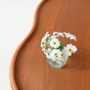 折れてしまった小さな花も、アンティークの小さなインク瓶に入れれば、ほら、ぴったりです。
