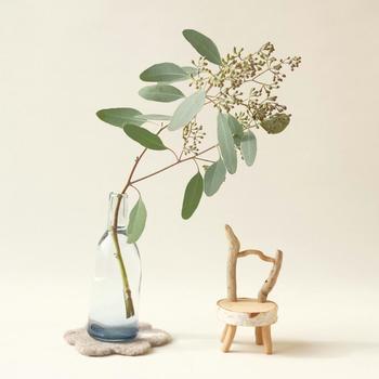 ユーカリを瓶にひと枝。美しい枝ぶりが際立ちます。