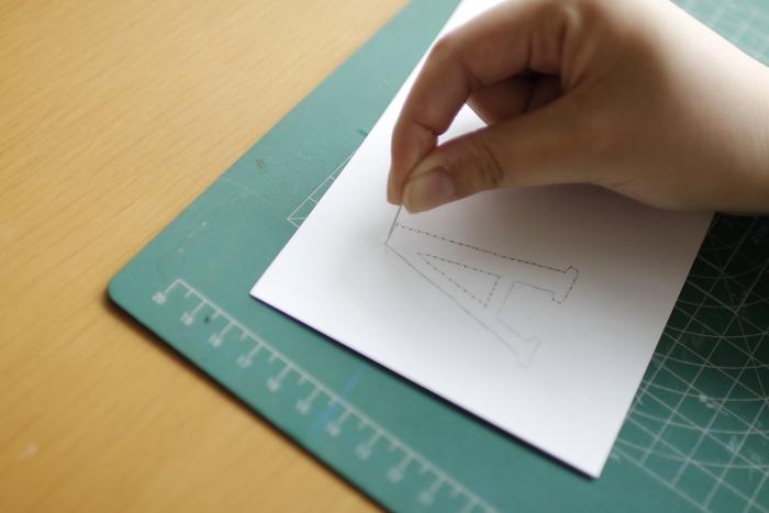 好きなカードを用意して、表側にペンで下絵を描いていきます。布用複写紙やカーボン紙を使って図案を写してもOK。 線に沿って、刺したい部分に針でプスプスと穴をあけていきます。 紙はいったん穴を開けると、目立ってしまうので、丁寧に丁寧に。
