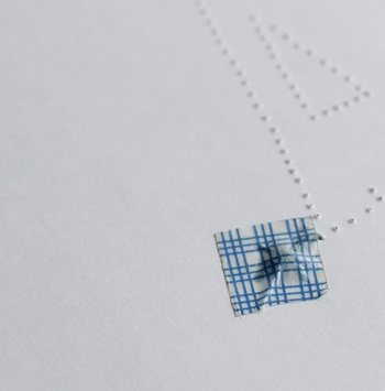 縫い始めは玉結びで止めても、マスキングテープで止めるだけでも大丈夫。 糸がするっと抜けることはあまりありません。 心配なら、玉結びをしたあとに、全体に貼って補強するのでもOKです。