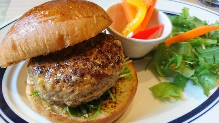 軽食のイチオシは『京都ポークのグルメバーガー』。フックラと焼き上げられたハンバーグは、ジューシーで肉の旨味がしっかり味わえ、美味と評判です。