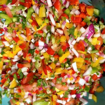 「セビーチェ」は火を使わずにできるお料理。生の魚介を使いますが、柑橘の酸で軽く調理されたようになるので、生臭さが苦手な人も大丈夫です。マリネ液(柑橘の果汁)に漬け込む時間の長さによって、魚介の質感、風味が変わるので、注意が必要です。味付けはオリーブオイルと塩だけ。お好みの香草を散らして、アクセントを効かせるのが、今っぽいアレンジです。
