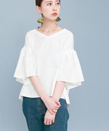 フェミニンな雰囲気が好みの方には、袖がフレアスリーブになっているブラウスが一押し。色んなコーディネートで活躍してくれそうですね。