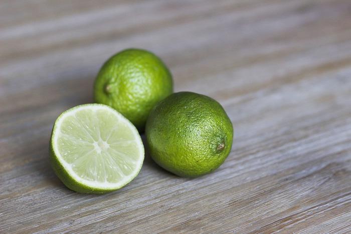「セビーチェ」に欠かせないのは、ライムやレモンなどの柑橘類のフレッシュなジュース。柑橘の種類を変えることで、毎回違った香りや味わいを楽しめます。お肌に嬉しいビタミンCをたくさん摂れるのも魅力的。さらに、お魚の良質な動物性たんぱく質の吸収をよくしてくれる役割も。おいしいだけでなく、理に適ったお料理なのです。