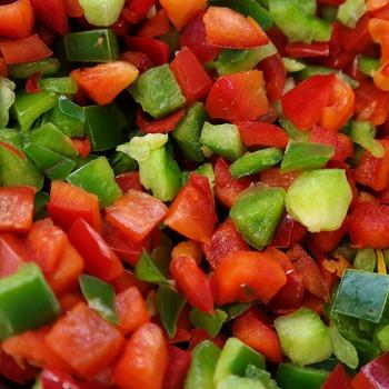 野菜や果物はサイコロ状に大きさを揃えてカットすると、見た目もきれいで味も馴染みやすくなります。柑橘のマリネ液も1種類だけではなく、いくつかを合わせてみて、よりオリジナル感を出すのもよいかも。