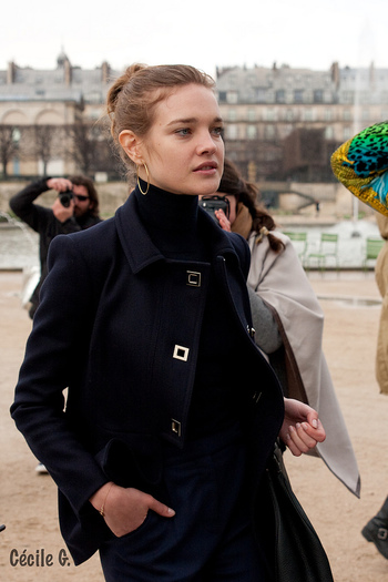 濃紺のジャケットと黒のタートルの組み合せで凛とした印象に。モノトーンのコーディネートにゴールドが効いています。