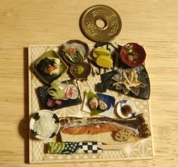 こちらの小鉢がたくさんついたヘルシーな焼き魚定食も、もちろんミニチュアフード! お魚のお皿以外は5円玉より小さく、お吸い物のお椀は5円玉の約4分の1のサイズだから驚きです。