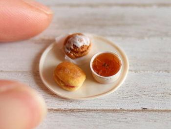 カジュアルランチの定番メニュー、パンとスープのセット。 指先でつまめてしまうサイズ感が、とってもかわいい♪