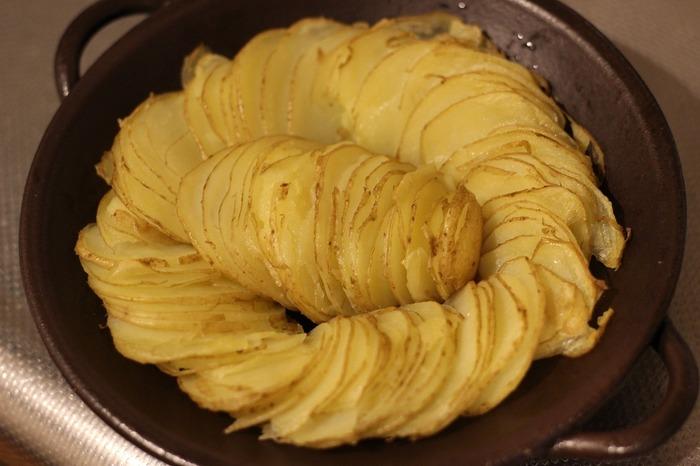 耐熱皿に画像のように敷き詰め、オーブントースター強または190℃のオーブンで約20分焼く。 焼いている間に、大葉は粗みじん切り程度に刻み、残りのAとオリーブオイル大1/2を合わせて混ぜ合わせソースを作る。