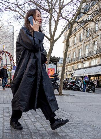大ぶりのコートを無造作に羽織った感じが大人の女性らしくて素敵。スニーカーと合わせて、颯爽と歩きたくなるスタイルですね。