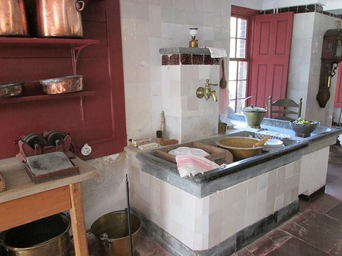 銅は酸や塩分に弱くそのまま放っておくと変色してしまいます。調理し終わったら料理を取り出し、中性洗剤とスポンジで汚れを落としてお湯ですすいでください。タワシなどは傷がつきやすいので控えましょう。