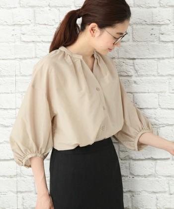 たっぷりと施されたギャザーのおかげでふんわりと丸みのある袖口になっているこちらのシャツは、ベーシックな着こなしが好きな方にオススメしたいですね。