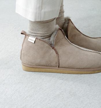 ムートン(シープスキン)ブーツも、ブラッシング&防水スプレーという基本的なレザーのお手入れなのですが、独特な性質なため、クリーニング剤を使う場合は目立たないところで試してからにしましょう。また、靴の中が蒸れやすく菌が繁殖しやすいので除菌スプレーをするのもオススメです。