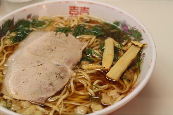 尾道で一番人気の「朱華園」。 醤油味のスープに背脂がよく合います。お代わりしたくなるような、後を引く美味しさです。観光客も地元の方も押し寄せる店なので、大行列は覚悟の上で来店しましょう。【画像は「中華そば」】