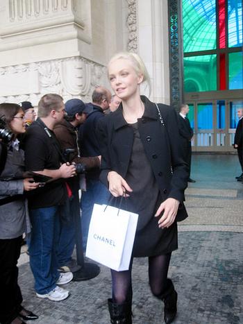 ジャケットとワンピースで黒の微妙なグラデーションを生かしたスタイル。ジュエリーを控えてまとめた上品なコーディネートです。