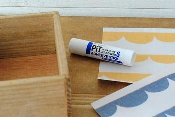 箱の底のサイズに切り取った紙をのりで貼るだけ!