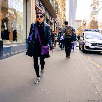 バイオレットのショルダーバッグが印象的なスタイル。鮮やかな色をプラスすると、モノトーンコーデの雰囲気ががらっと変わります。