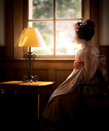 古くから続く花街で舞妓や芸者に愛され続けた【京コスメ】は、日本の伝統的な技術と古来からの自然素材を組み合わせ、日本女性本来の美しさを最大限に引き出してくれる、日本女性のためのコスメです。