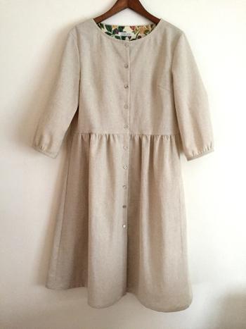 ナチュラルだけど品のあるオリジナルの洋服も作っているcous cous。 年中活躍する綿麻混の生地で作られたこちらのワンピースは、前開きにして着れば軽い羽織りにもなります。