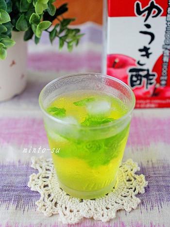 りんご酢にミントやレモングラスを入れると爽やかなサワードリンクになります。お酒と割っても良いですね。