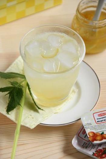 柚子ジャムを使ったお酢ドリンク。柚子の爽やかな香りに心も和みそうですね。はちみつを入れてホットもおすすめです。