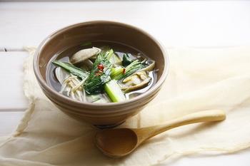 野菜不足になりがちなときは、汁物に小松菜を。アクが少ないので、下ゆでなくそのままサッと使えるのが嬉しいですね!