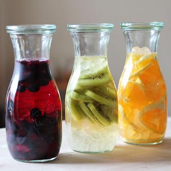 フルーツ酢は、ガラス瓶ごと素敵なインテリアにもなってくれます。お部屋にビタミンカラーがあることで気持ちも軽やかになりますよ♪直射日光が当たらない、涼しいところがいいようです。WECKのジュースジャーにも合いますね♪