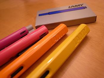 カラーバリエーションも豊富な「ラミー サファリ」。時折リリースされる特別カラーの限定モデルが、文房具ファンの心をくすぐります。