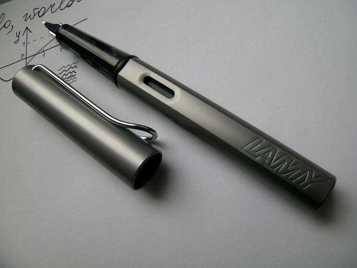 「LAMY」の定番商品として大人気の万年筆。この「LAMY safari(ラミー サファリ)」は、使いやすさとカジュアルな雰囲気が定評のあるシリーズです。