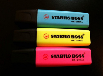「STABILO」は、蛍光ペンを開発したメーカーとしても知られています。世界で最初に発売された「BOSS( ボス)」は、使いやすさとデザイン性の高さ、発色の良さを兼ね備え、発売以来ドイツでロングセラーを続ける蛍光マーカーです。