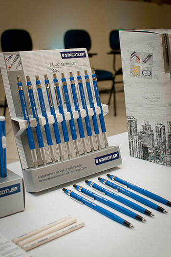 こちらも、建築やデザインのプロから根強い人気を集める製図用シャープペンシル。定規とともに使用することを前提に、その使いやすさをとことん追求した1本です。