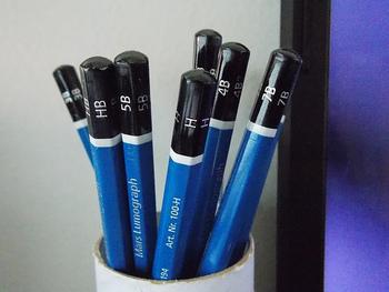 普段、HBを使うことが多い鉛筆ですが、なんと、8Bから6Hの16硬度展開されているんです。