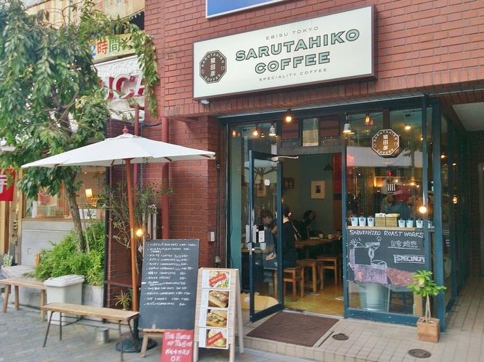 『たった一杯で幸せになるコーヒー屋』をコンセプトに掲げる「猿田彦珈琲」。焙煎から抽出までこだわり、ドリップとエスプレッソマシンで、飲む人の心が温まるようなスペシャリティコーヒーを提供しています。2011年6月、恵比寿に一号店をオープンして以降、沢山のお客さんでにぎわい、現在は表参道や調布市仙川など都内各地にお店が続々とOPENしています。