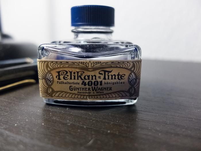 ドイツの文房具で、この名前を出さないわけにはいかないというほど、万年筆で有名なペリカン。 ドイツの宮廷画家を父にもつカール・ホーネマンが、1832年に絵具の製造を始めたところから、ペリカンの歴史が始まりました。